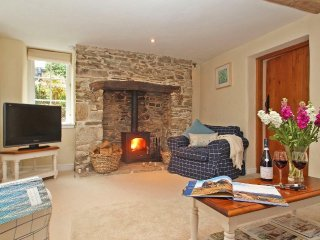 FLEURS COTTAGE, boutique hideaway, enclosed garden, wood burner, cinema room