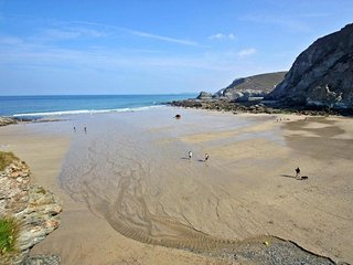 SEA THRIFT, coastal apartment with sea views in St Agnes, two pets welcome