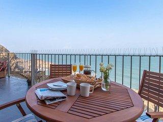 OCEAN SIDE Upper-ground floor apartment, sea views, patio in Ilfracombe, Ref