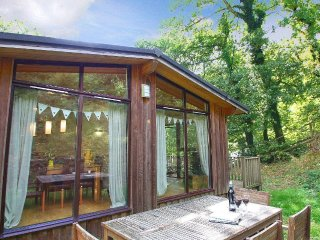 GARDEN LODGE, Scandinavian timber lodge, garden and timber deck, Slapton 2