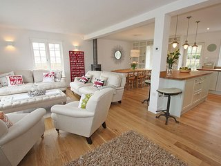 KISMET beautifully styled family home, landscaped gardens, cinema room, near