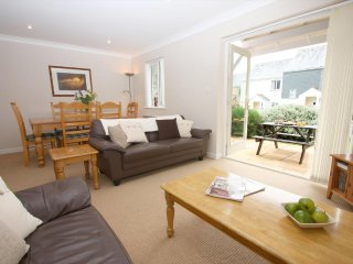 FLOTSAM modern house in holiday village, walk to beach, close to Falmouth, Ref