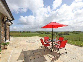VALLEY VIEW Wifi, en-suite bathrooms, super stylish interior near Fowey, Ref