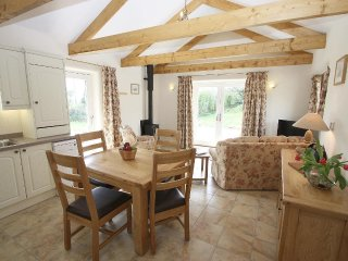 WAGON HOUSE, detached, country barn, woodburner, patio REF959541