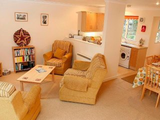 CHOUGH COTTAGE modern cottage in holiday village, walk to beach, close to