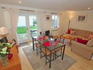 BREEZE COTTAGE modern house in holiday village, walk to beach, close to