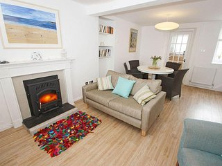 MAZEY COTTAGE beautiful terraced townhouse, enclosed patio garden, walk to town
