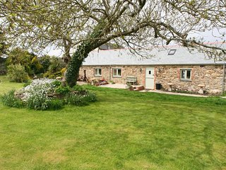 TREAMBLE BARN, stone built barn with large garden, woodburner,  Sky package and