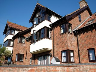 4 VICTORIA COURT, sleeps six, pet friendly, beach front, Sheringham, Ref 957810