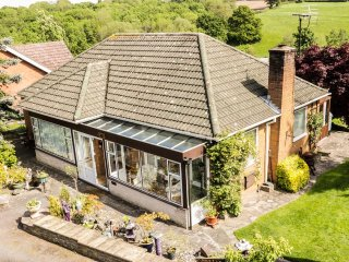 ALBEBA, detached bungalow, two bedrooms, sun room, summerhouse, near Shrewsbury,