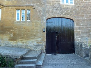 BOWER COACH HOUSE, 17th century cottage, en-suite king-size bedroom, beautiful