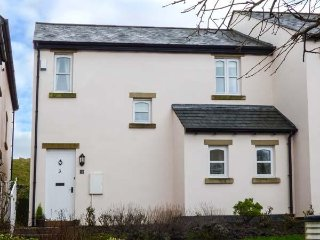 BLUEBELL COTTAGE, end-terrace cottage, private patio, Cark near Cartmel, Ref 949