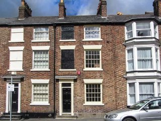 WELLINGTON PLACE, over three floors, woodburner, pet-friendly, in Scarborough, R