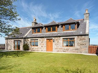 SCHOOLHILL CROFT, sleeps ten, king-size, en-suite, large garden, Ellon, Ref