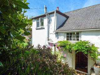 SWALLOW COTTAGE, pet-friendly, detached cottage, WiFi, garden, close to