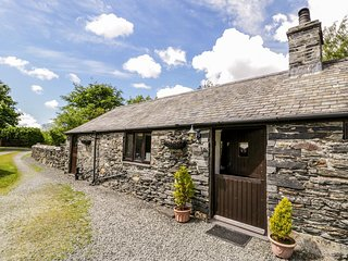 THE BARN, character holiday cottage, with a garden in Tal Y Llyn, Ref 12265