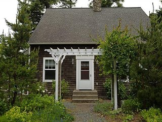 BELLA MAR~Elegant home near Nehalem State Park and 2 blocks from the beach.