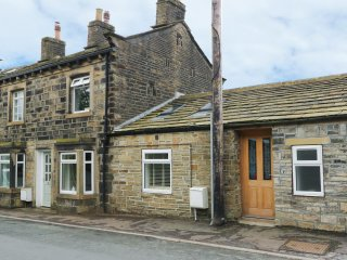 THE OLD FORGE, terraced house, exposed beams, WiFi, dog-friendly, near Hebden Br