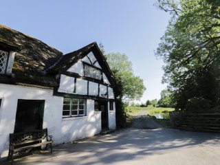FERN HALL COTTAGE, character, rural location, dog-friendly, near Whitney-on-Wye,