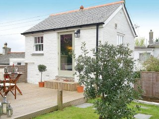 THE TACK HOUSE pet welcome, enclosed garden, close to beaches in Hayle REF