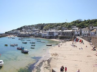 CALAC COTTAGE two-storey cottage, stroll to harbour, in Mousehole, Ref xxxxx