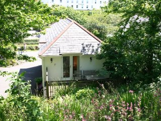 LONGSHIPS two-storey apartment, village location, walk to beach in Porthcurno