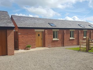 THE SHIPPON AT CURTIS HOUSE, all ground floor, open plan accommodation, hot tub,