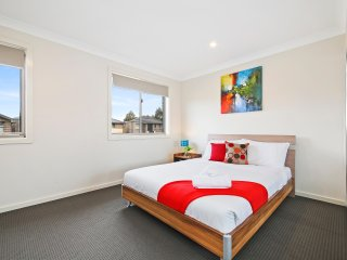 ALPINE PLACE VILLA 31 - SYDNEY - Sleeps Groups, New & Spacious, Linen Included