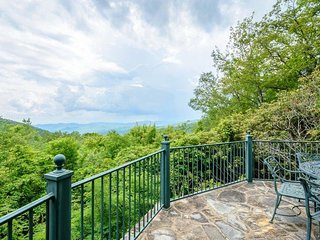 Timeless Blowing Rock Mountain Cottage with Panoramic Mountain Views, Hot Tub