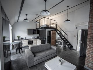 NEW: Modern Rooftop hideaway on Bree (WIFI/DSTV) amazing view of Table Mountain