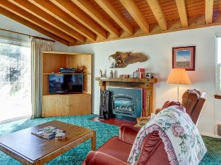 Cozy condo w/ shared pool & hot tub - on-site golf, mtn views, near slopes!