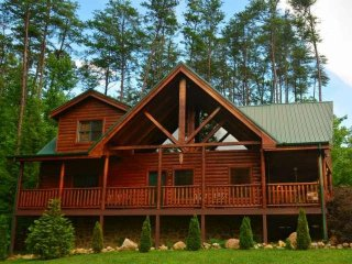 Kozy Lodge - Smokies Getaway! Game Room- Resort Pool- WiFi - Minutes to Pigeon