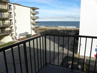 *Ocean Block* 1 Minute walk to the Beach! Side View of Ocean & Beach!