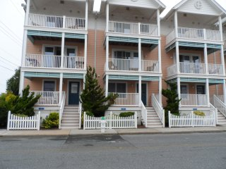 OEAN BLOCK LUXURY 4 BEDROOM, 3.5 BATH, 2 CAR GARAGE TOWNHOUSE (no senior weeks)