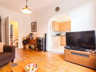 Victorian 2 bedrooom apartment in trendy Stokey