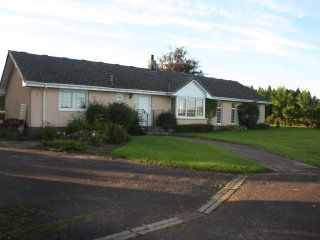COTTAGE,tennis,swimming pool, bbq station ,mountain views,20 acre LOCH LOMOND
