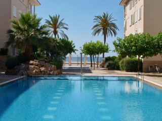 Fantástico apartamento de 4 a 8 personas en primera línea de playa con piscina