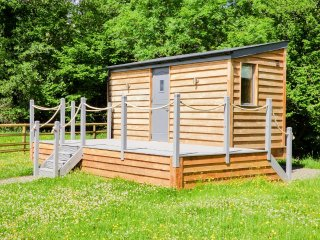 THE CABIN, studio accommodation, amazing views, running river, firepit, in Pandy