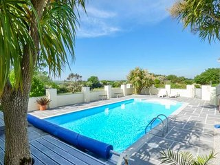 RAINBOWS END COTTAGE, outdoor swimming pool, open plan, near Marazion, Ref