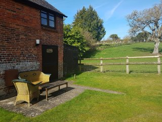 BLUEBELL COTTAGE, pretty, cosy, exposed beams, WiFi, en-suite, good for walking,