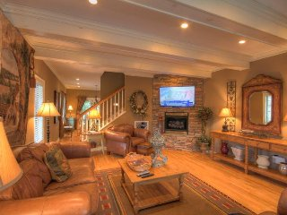 3BR Upscale Condo with Hot Tub, King, Delightful decks, Nestled in downtown