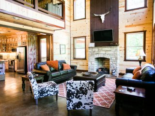 'On the Rocks' Luxury Lodge; 5 Bdrms;4 Bths; Fire Place; Hot Tub; Fire Ring