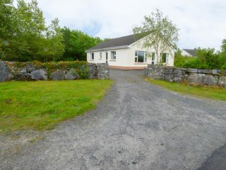 LAKESHORE HOUSE, all ground floor, open plan, open fire, near Ballinrobe, Ref 96