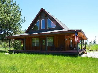 Snowshoe Cabin has beautiful mountain style decor and in a quite neighborhood