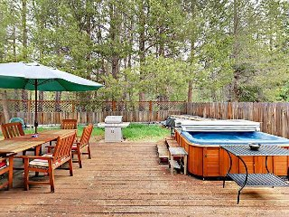 4BR w/ Private Hot Tub in the Heart of Town – Minutes to Beach & Heavenly