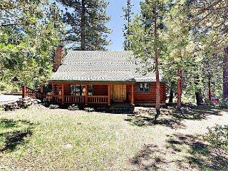 True Tahoe – Classic 4BR Cabin w/ Quiet & Private Location, Walk to Town