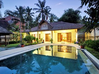 Two Private Villa's - Pool & Kitchen- sleeps 6-8 - Central Kuta - Villa Batoer