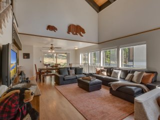 The Knotty Bear – European Style Chalet, Cozy Conversation Pit, Sauna, Spa