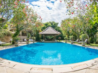 Paradise Garden Retreat. 5 mnt to the beach. Villa Waru. 7 bedrooms. 2 pools.