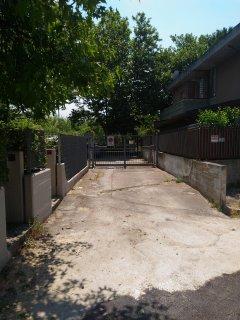 Laccesso al piazzale antistante l' entrata della casa vacanze